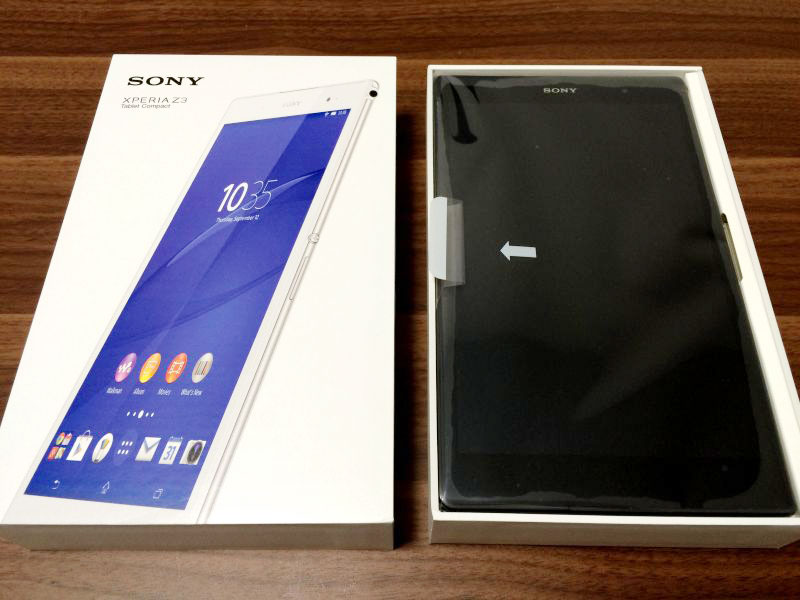 Xperia Z3 Tablet Compactの化粧箱を開けた写真