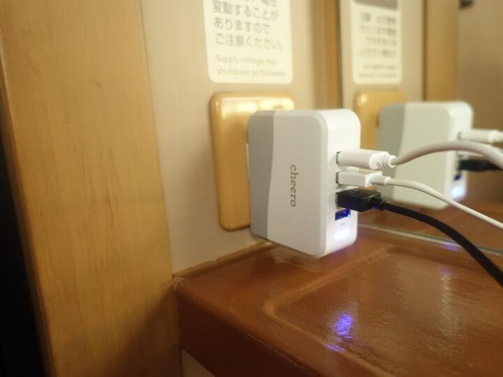 サンライズエクスプレスの個室内でスマホやデジタルカメラの充電をしている様子