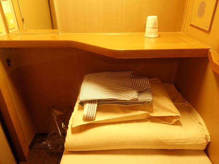 サンライズエクスプレスのシングルB個室に付属しているアメニティグッズの写真