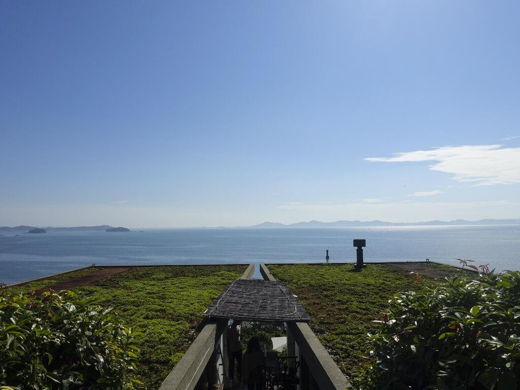 たらそのテラス席から眺める海の写真