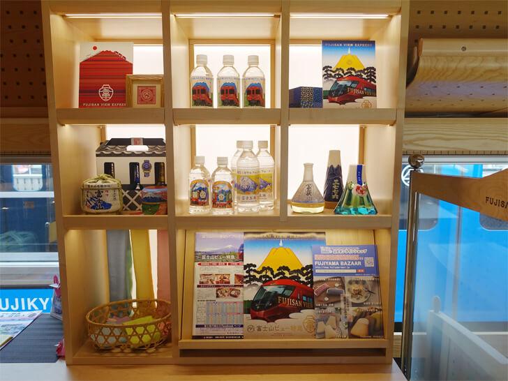 富士山ビュー特急のカウンター付近にある展示物を撮影した写真