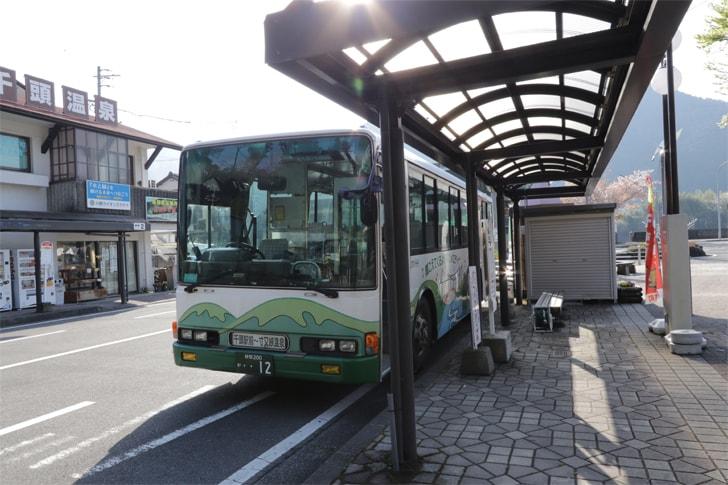 千頭駅前のバス停の写真