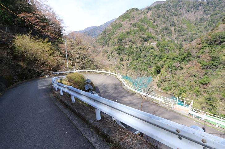 エメラルドグリーンに輝く夢の吊橋の写真