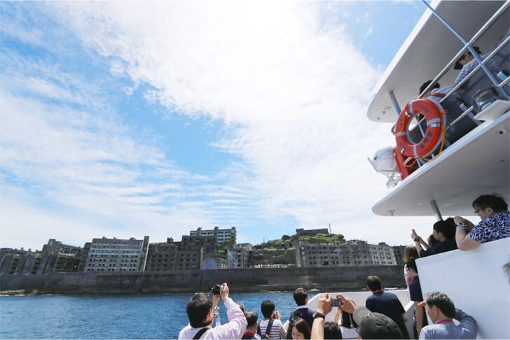 軍艦島を一周する船の写真