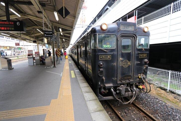 JR九州の観光列車「はやとの風」の外観