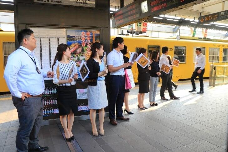 或る列車の到着を迎えるJR九州の社員の写真