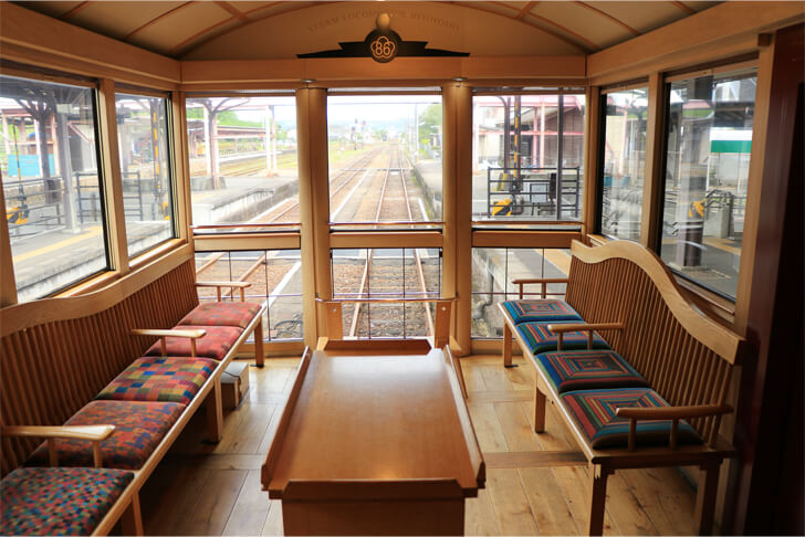 JR九州の観光列車「SL人吉」の展望ラウンジの写真