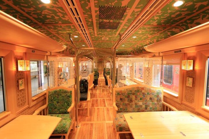 JR九州の観光列車「かわせみ・やませみ」の内観