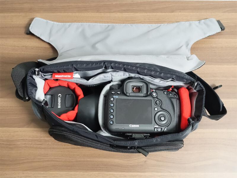 マンフロットのアドバンスメッセンジャー「MB MA-M-AS」にカメラとレンズを収納した写真