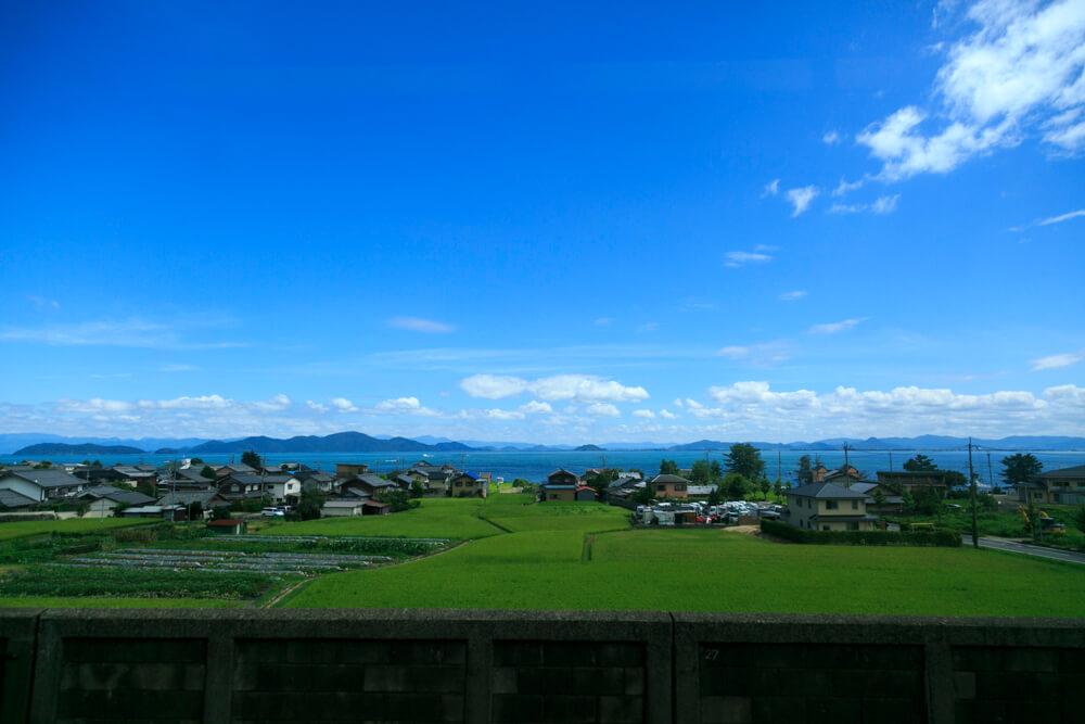JR湖西線の車窓から眺める琵琶湖の写真
