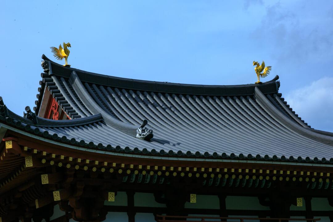 平等院鳳凰堂の屋根にある鳳凰の像