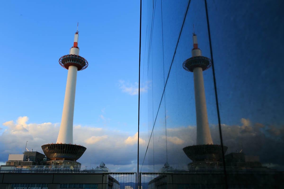 リフレクションで二つに見える京都タワーの写真