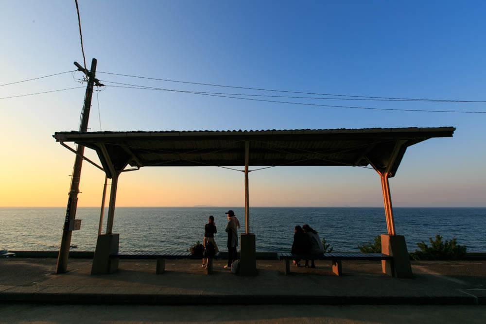夕日と下灘駅の写真