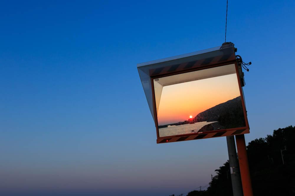 下灘駅のホームにあるミラーに夕景が映る様子を撮影した写真