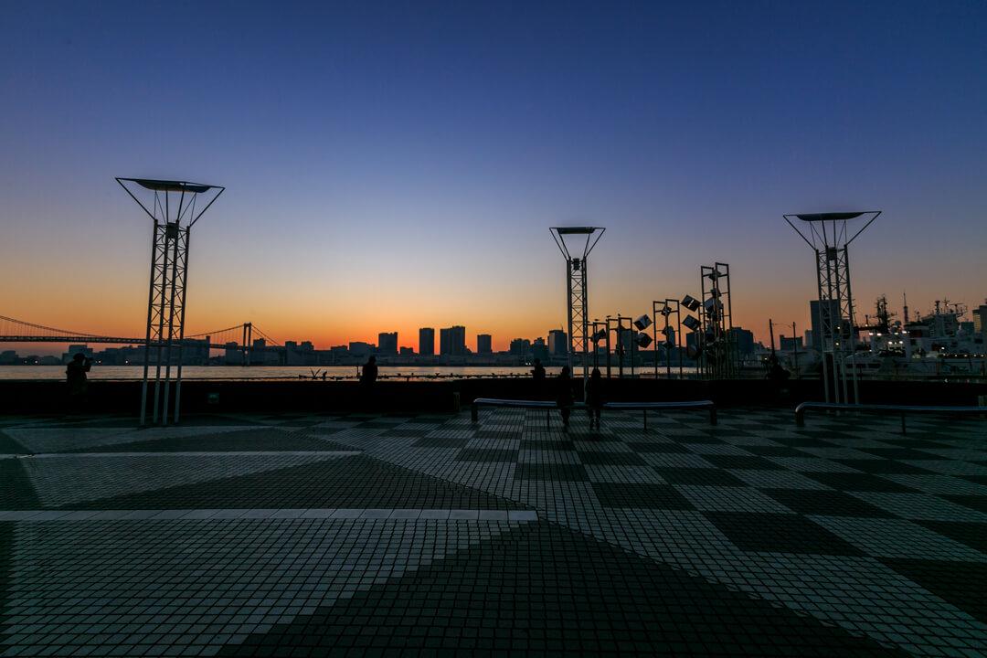 マジックアワーの時間の晴海旅客ターミナルの写真