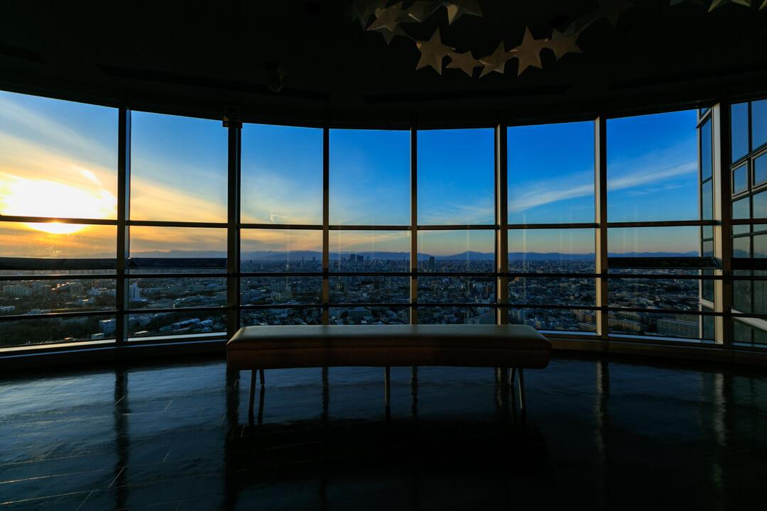 東山スカイタワーの4階展望室の写真