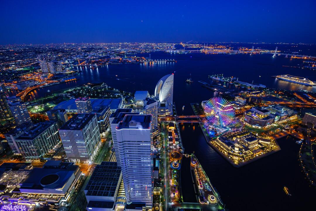 横浜ランドマークタワーから撮影したトワイライトタイムの横浜港の写真