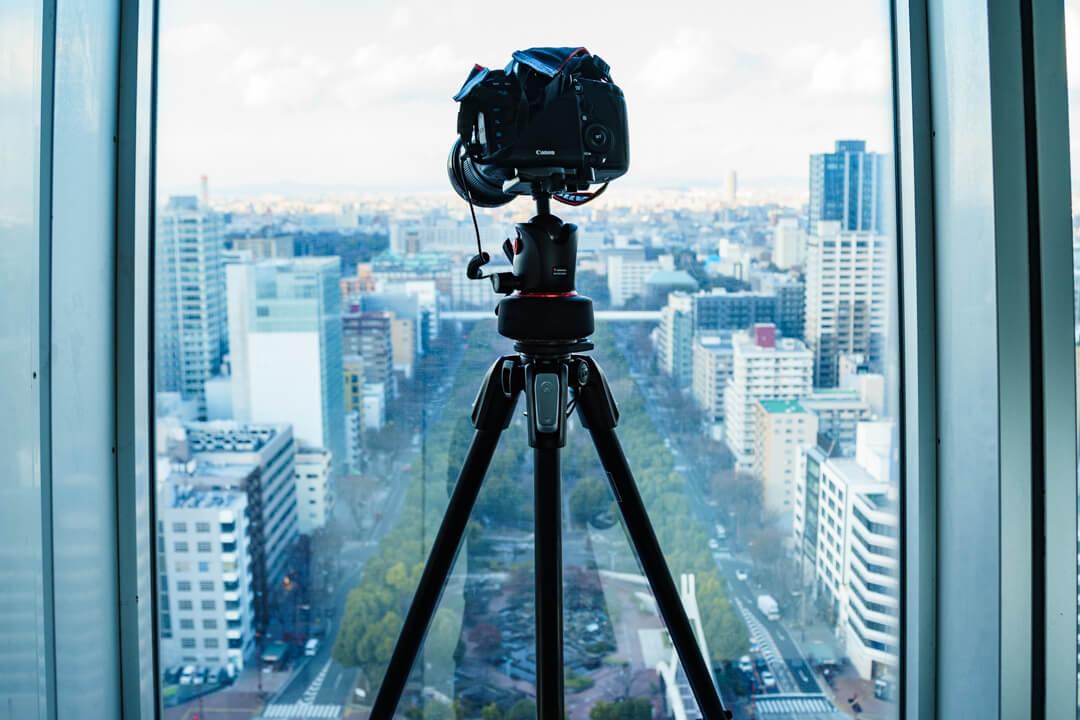 カメラのセッティングを変更している様子を撮影した写真