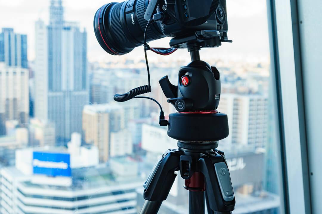 ジーニーミニを三脚と雲台の間に設置している写真
