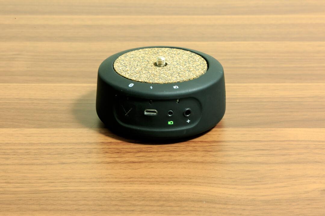 ジーニーミニの電源ボタン、接続端子を撮影した写真