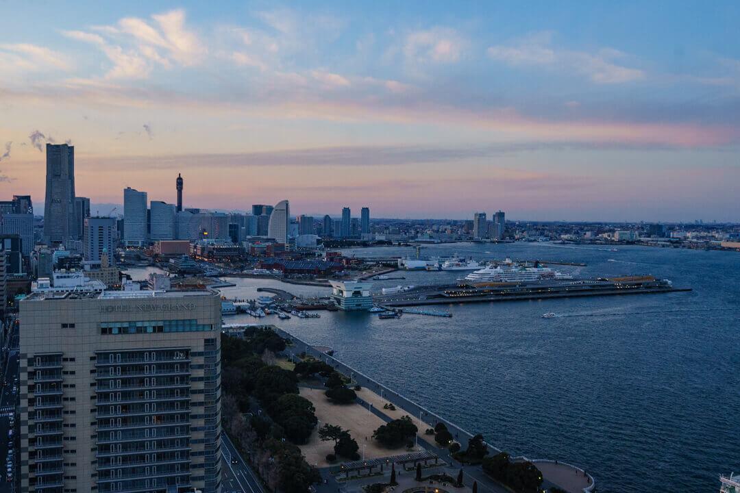横浜マリンタワーからみたトワイライトタイムのみなとみらい21の景色