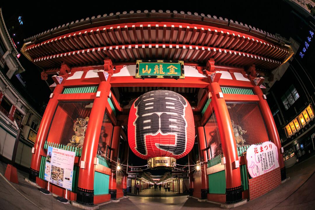 魚眼レンズで撮影した浅草寺・雷門の夜景