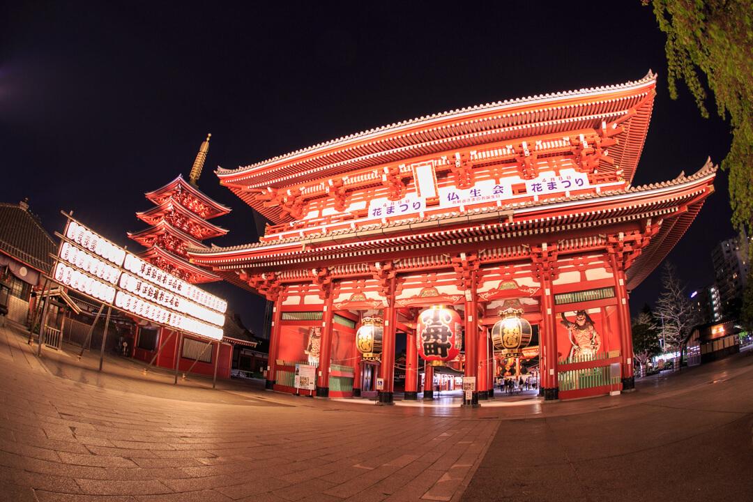 魚眼レンズで撮影した浅草寺仲見世通りの夜景