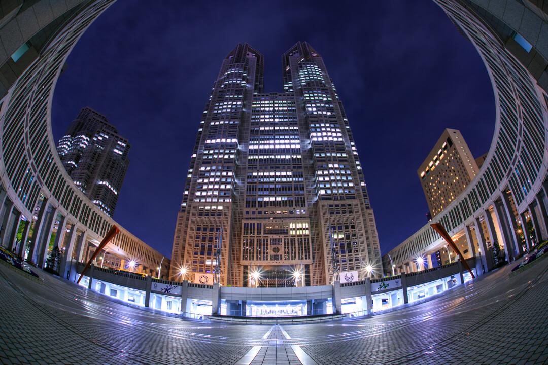 魚眼レンズで撮影した東京都庁の写真