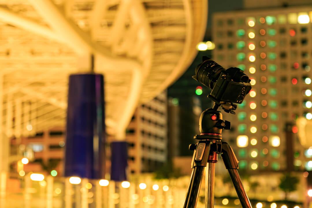 三脚を立ててカメラを撮影している様子を撮影した写真