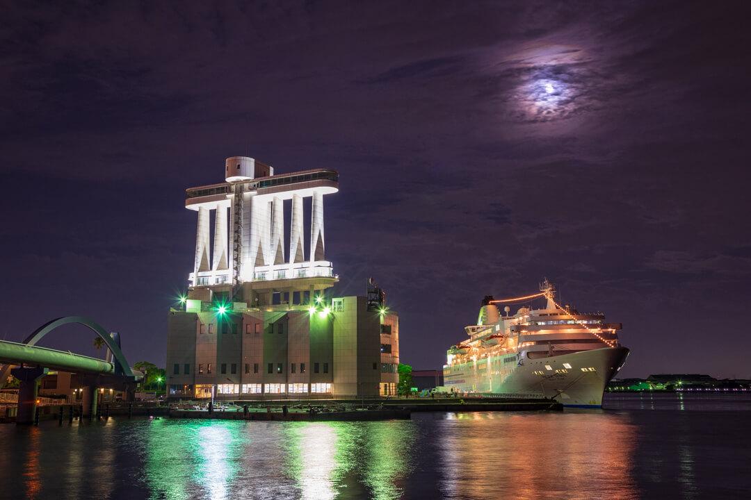 名古屋港に寄港する豪華客船を撮影した写真
