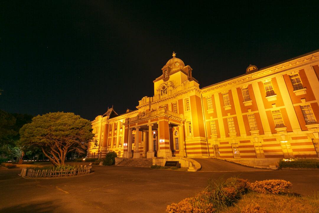 ライトアップされた名古屋市市政資料館の写真