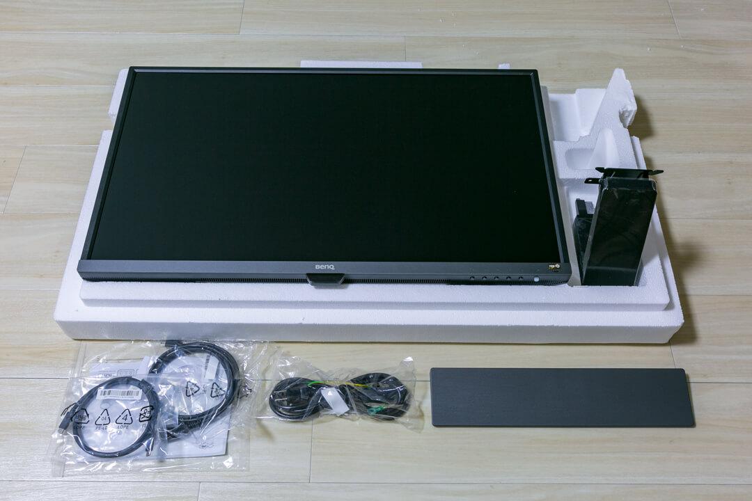BenQの「EW3270U」のモニター本体と付属品の写真