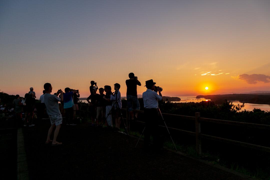 ともやま公園・桐垣展望台を訪れる観光客の写真