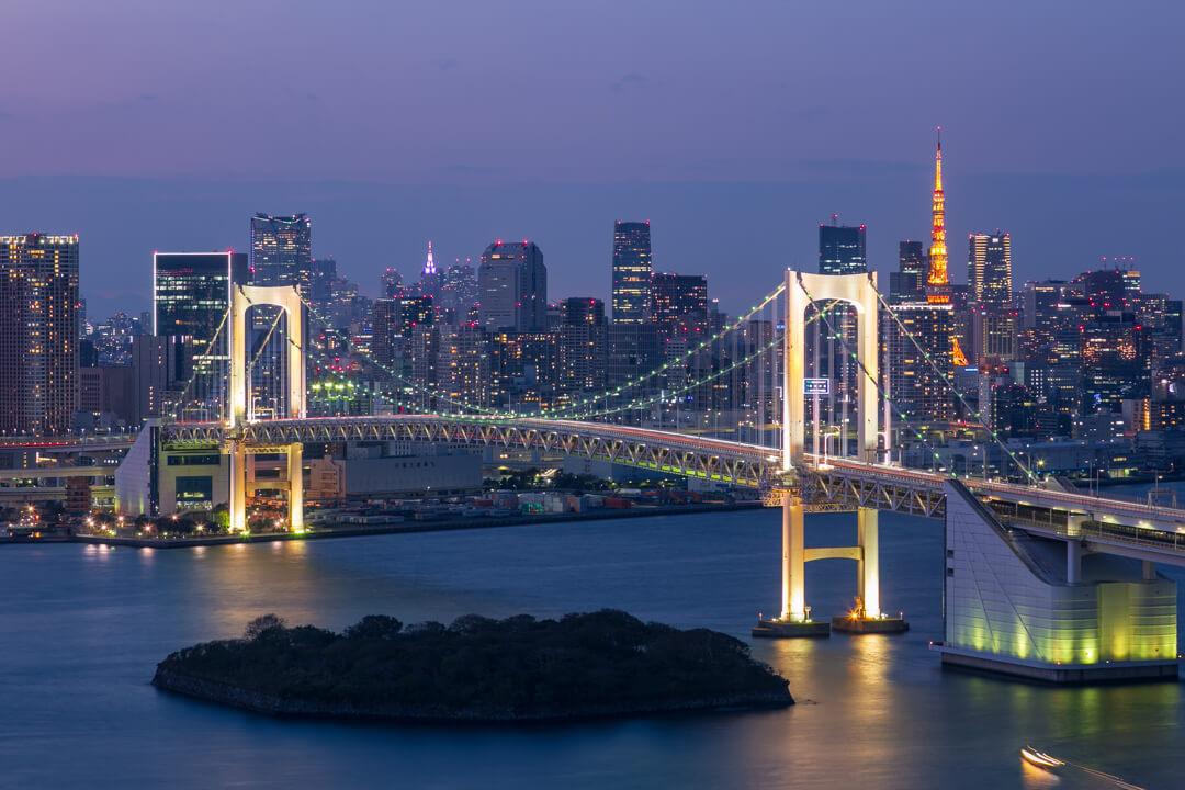 球体展望室「はちたま」から撮影した東京タワーとレインボーブリッジの写真