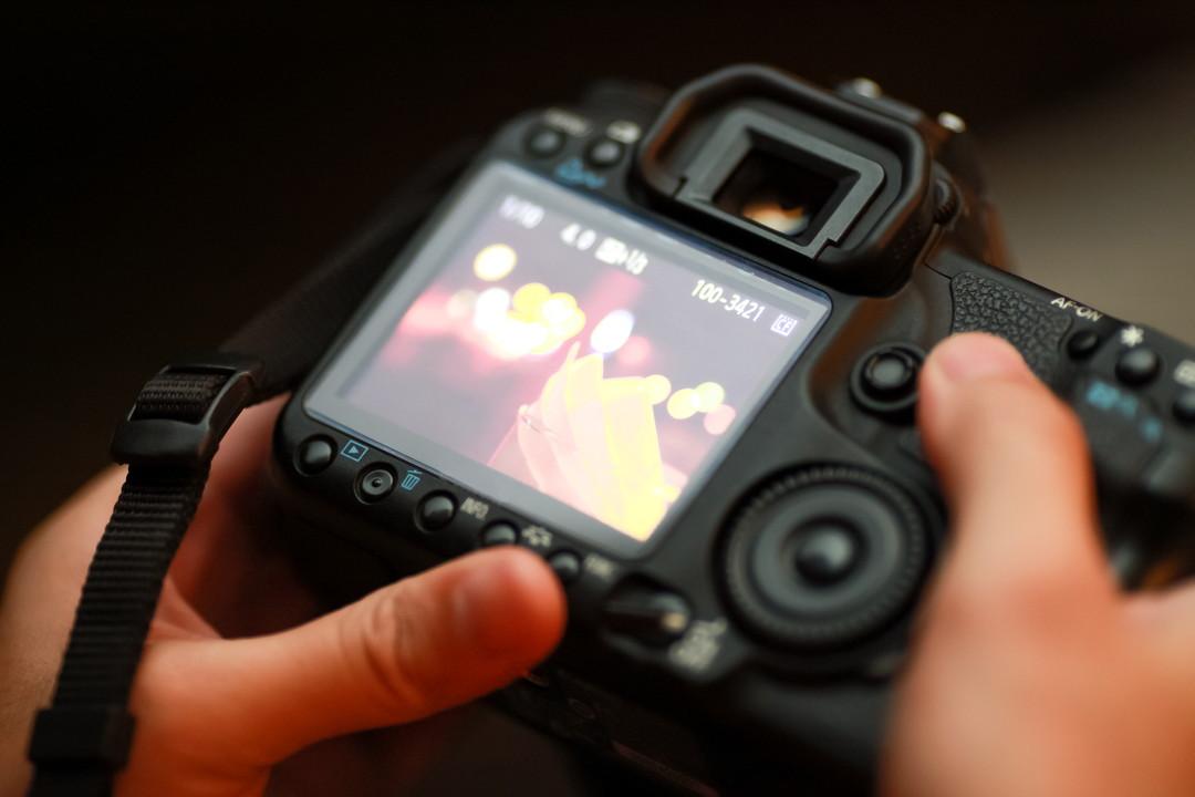 カメラの設定を変更している様子の写真