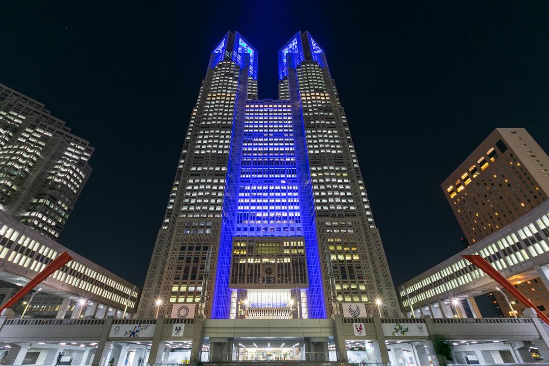 ライトアップされた都庁の外観