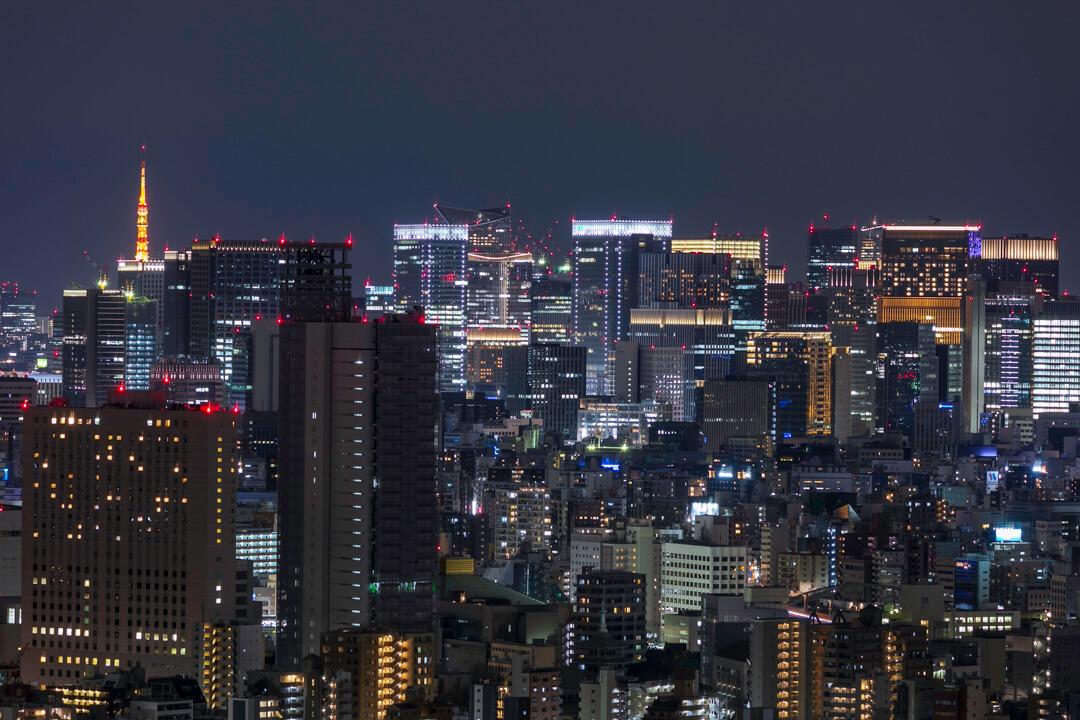 スカイツリーイーストタワー展望エリアから撮影した東京タワーと高層ビル群