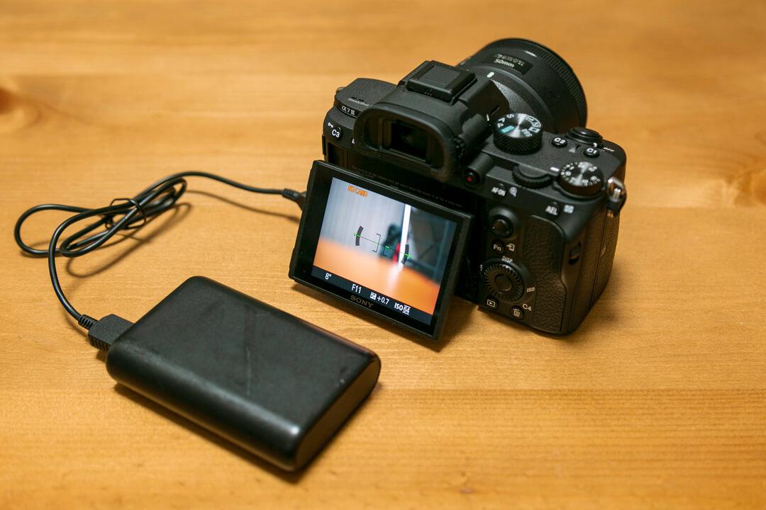 SONYのα7III(ILCE-7M3)で給電しながら写真を撮影している様子