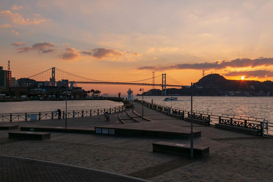 下関港と朝日