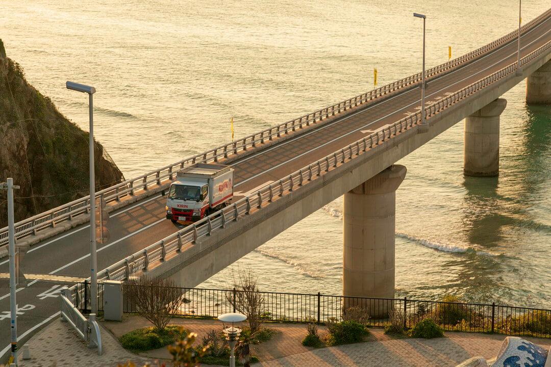 夕日と角島大橋の写真