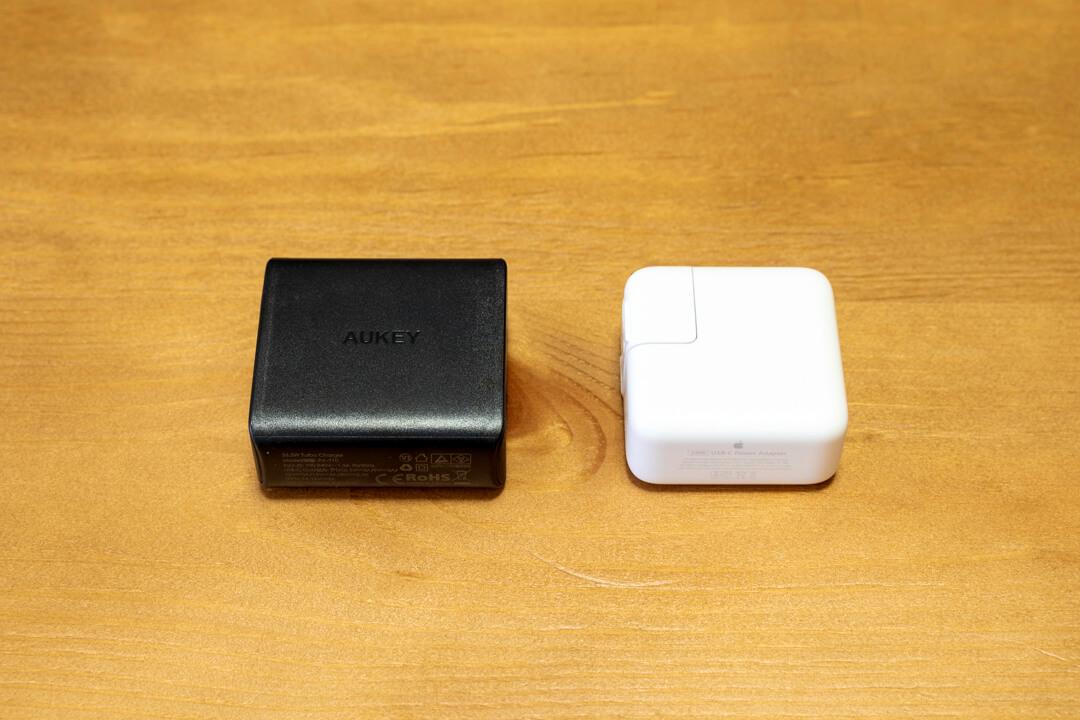 AUKEY PA-Y10とMacBookの純正アダプタの大きさを比較した写真
