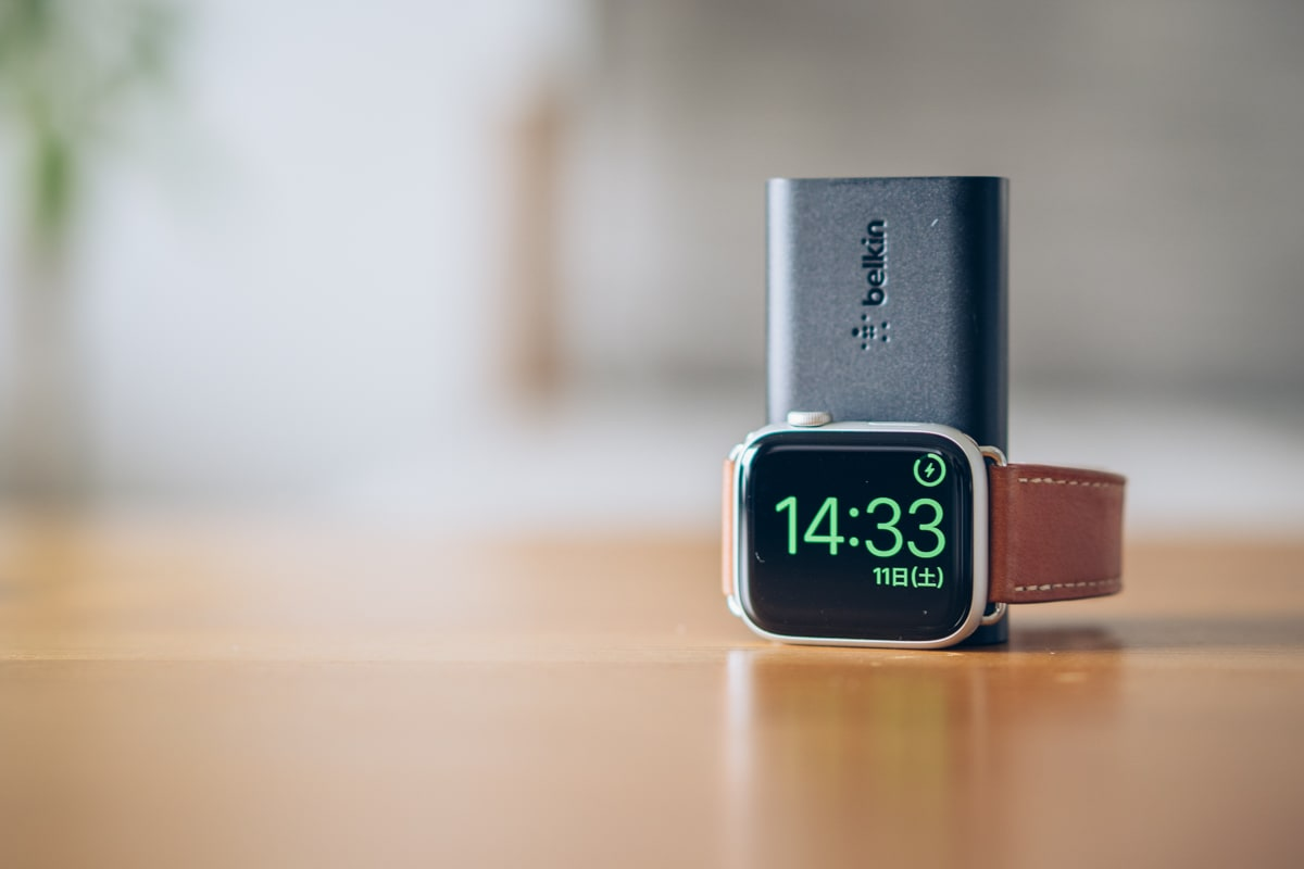 Belkin BOOST CHARGE Apple Watch用モバイルバッテリーを充電スタンドとして活用する様子