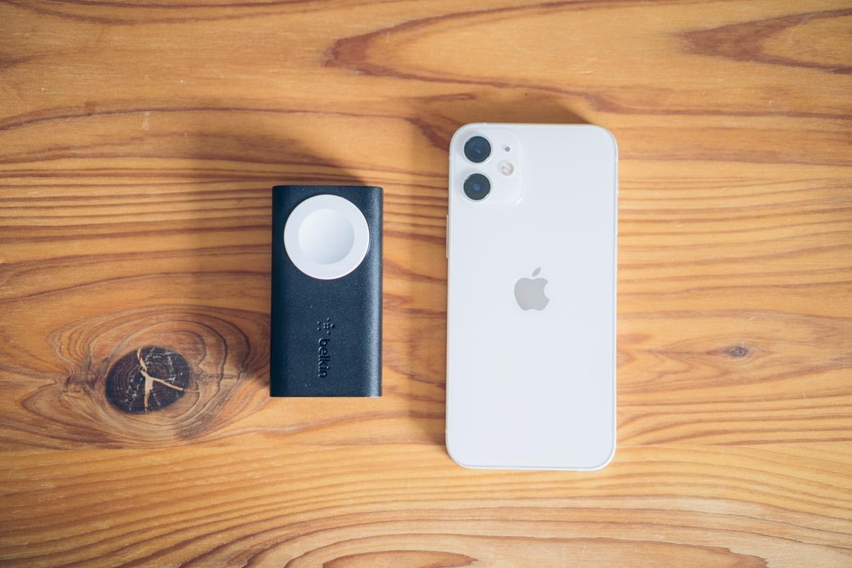 Belkin BOOST CHARGE Apple Watch用モバイルバッテリーとiphoneを並べて大きさを比較する写真