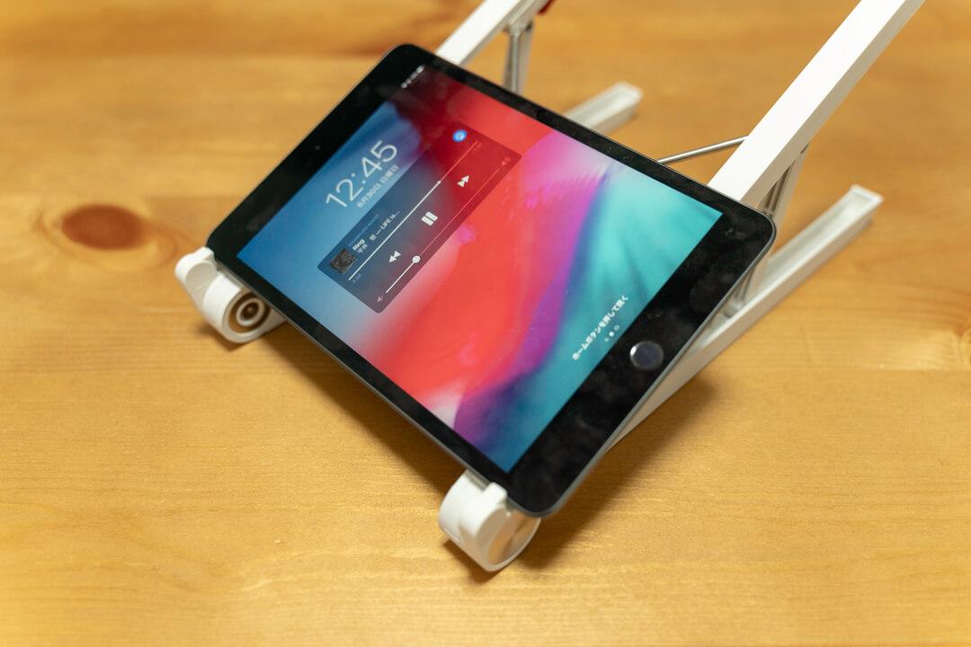 Elekinのノートパソコンスタンドにタブレット(iPad)を載せている写真