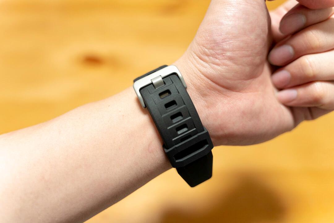 ラギッドアーマープロを装着した状態のアップルウォッチを腕につけている写真