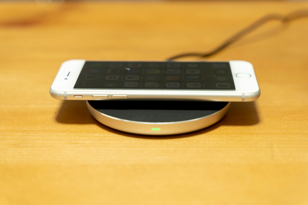 スマホリングMOMO STICKでiphoneをワイヤレス充電する様子