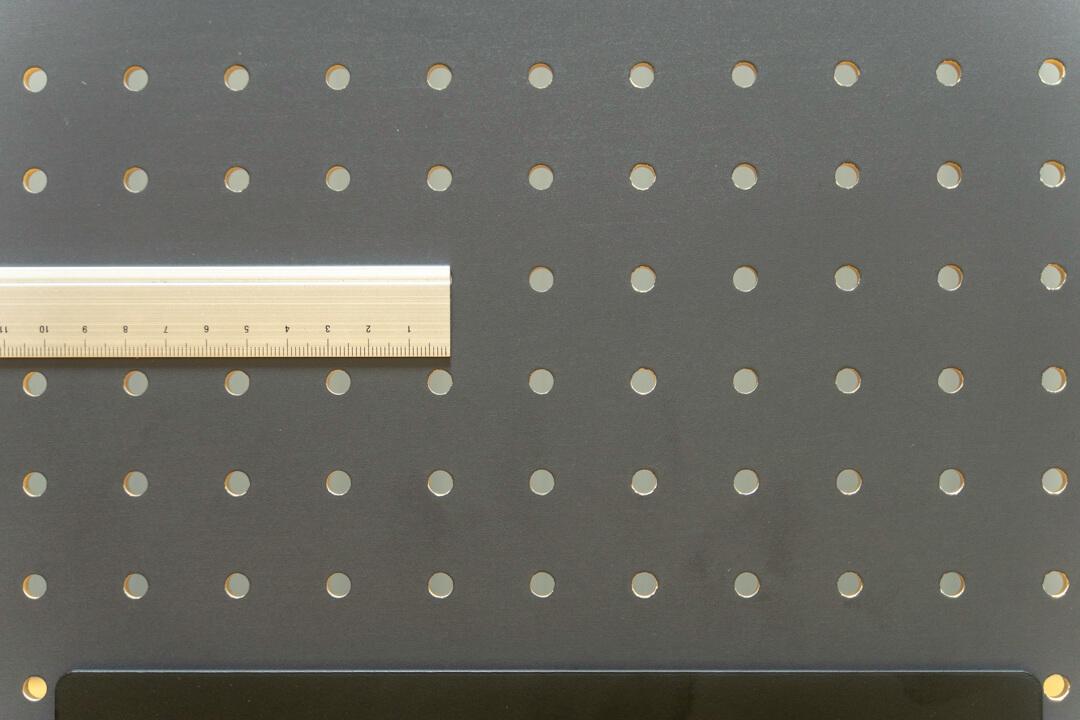PEGGYの穴と穴の距離を定規で測っている写真
