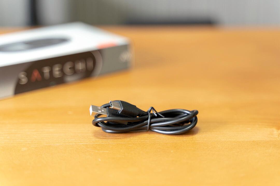 satechiのワイヤレスマウス「M1」に付属するType-Cケーブルの写真