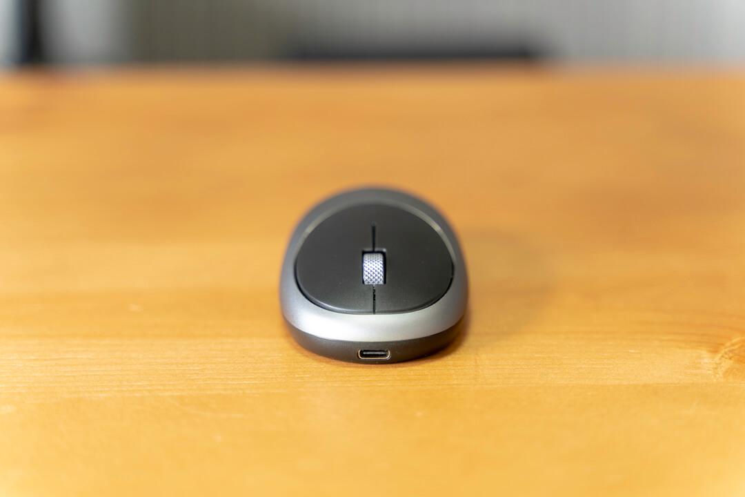 satechiのワイヤレスマウス「M1」を正面から撮影した写真