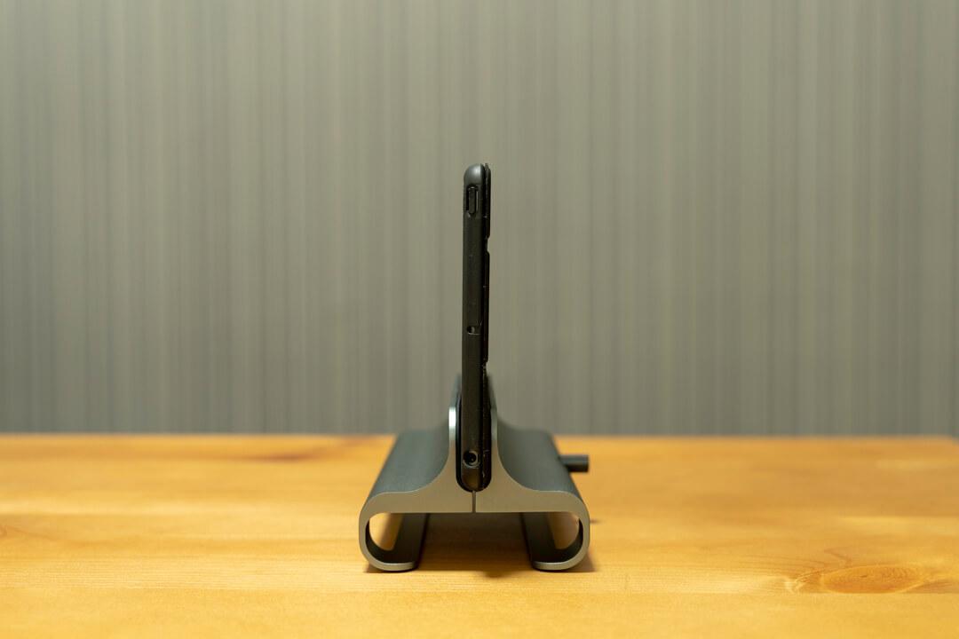 Satechiのユニバーサルバーティカルラップトップスタンドにipadminiを載せる様子
